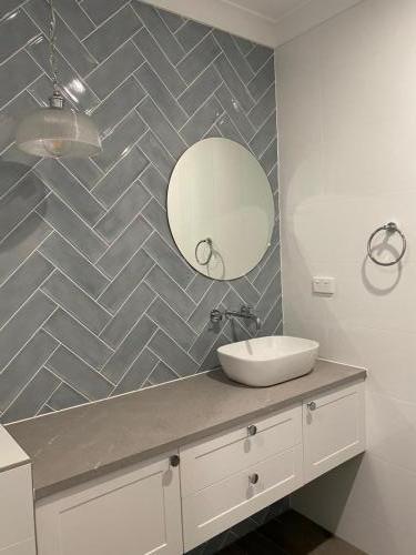 Main Bathroom vanity (4)